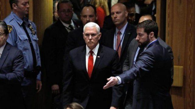 El vice de EE.UU. llegó al país más pacífico del mundo y sorprendió con su despliegue de seguridad