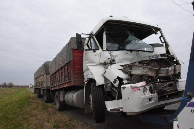 El camionero tuvo que ser rescatado por los Bomberos.