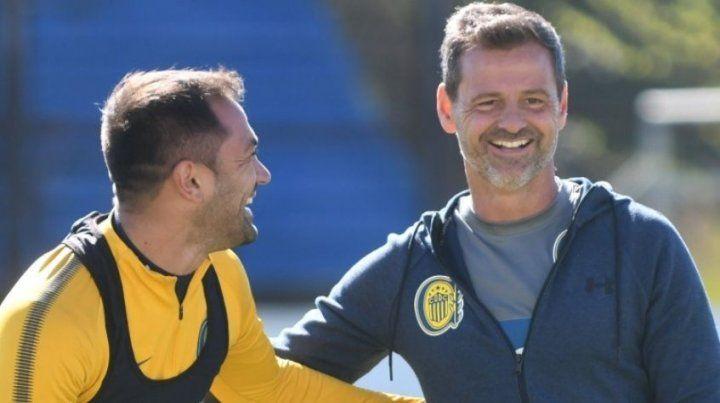 Referente y entrenador. Fito Rinaudo y Diego Cocca en un alto durante el entrenamiento.