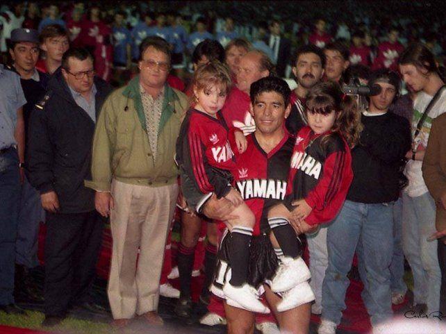 La noche del debut con la rojinegra Diego ingresó a la cancha con sus hijas en brazos