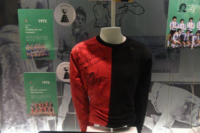 Una de las tantos modelos de camiseta de Newells adornan el museo.