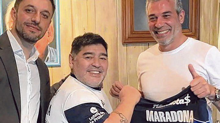 Diego chocho. Maradona posó con la camiseta del lobo platense.