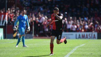 De penal. Lema cerró la goleada leprosa sobre Huracán. Con sus dos goles llegará al clásico con mucha confianza.