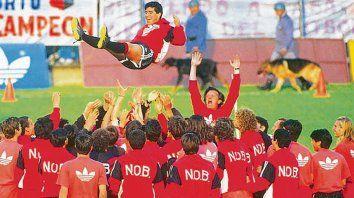 Hace 26 años. Maradona, lanzado por el aire por sus compañeros, realizó su primera práctica con la rojinegra en un estadio colmado.