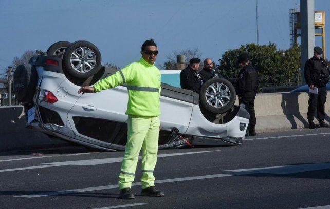 Se le salió una rueda y volcó en Circunvalación