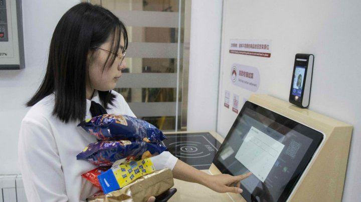 Tecnología. El escáner de rostro apoyado sobre la pared habilita a la compradora a practicar el pago en la terminal.