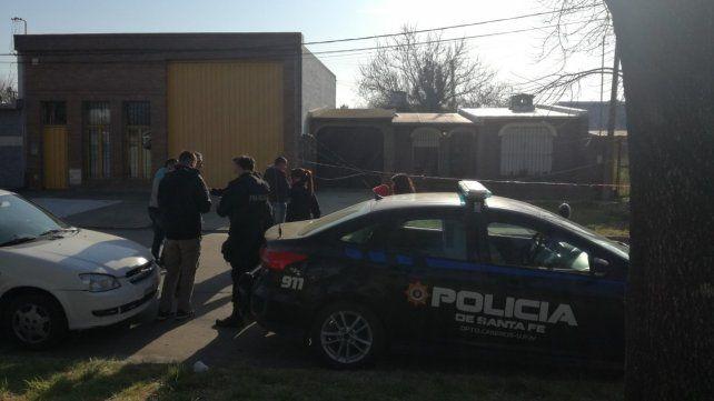 Conmoción. Los vecinos del barrio Roma se enteraron al llegar la policía.