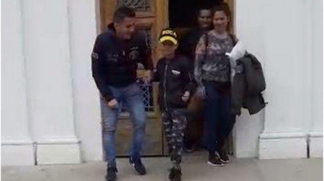Benjamín con sus papás en la puerta del Hospital de Niños