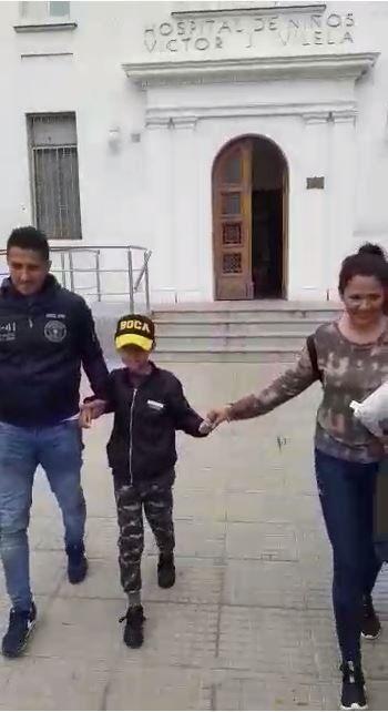 Benjamín y sus papás al salir del Hospital Vilela.