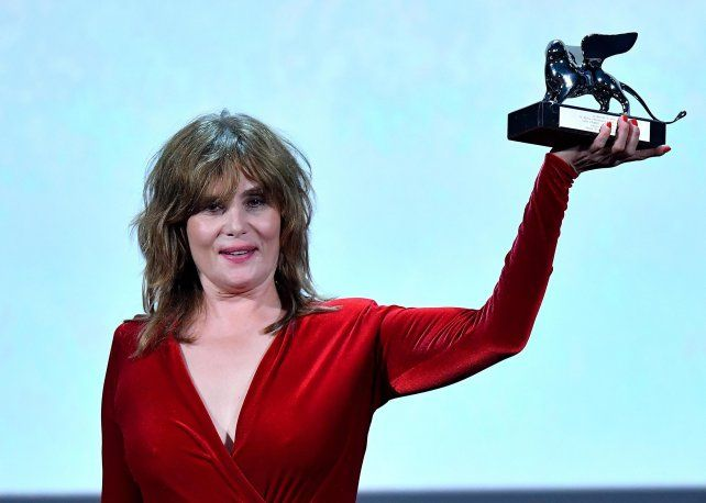 Emmanuelle Seigner, esposa del director Roman Polanski, recibió el León de Plata en nombre de su marido.