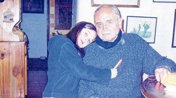 recuerdos. Lucía junto a Gary Vila Ortiz en una foto familiar. El trabajo evoca tres aspectos de la vida del periodista.