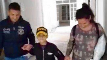 Benjamín Biñale tomado de sus padres, Javier y Soledad, dejó el Hospital de Niños Víctor J. Vilela.