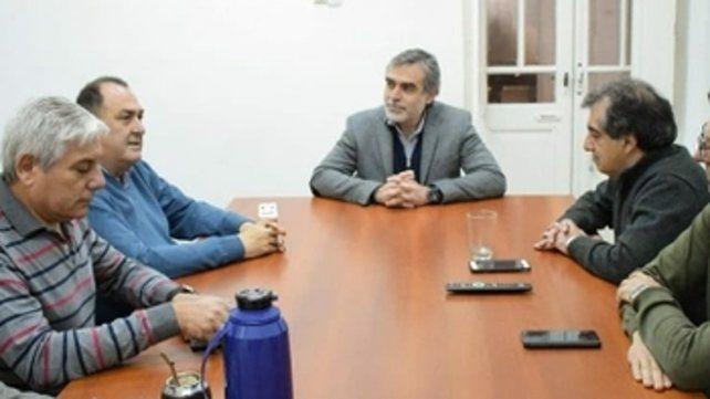 reunión. Secretarios de sindicatos junto al senador González.