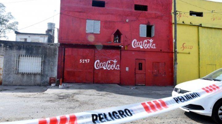 Constitución 5147. Las balas perforaron las ventanas del local y alcanzaron a los hombres que estaban en la puerta.