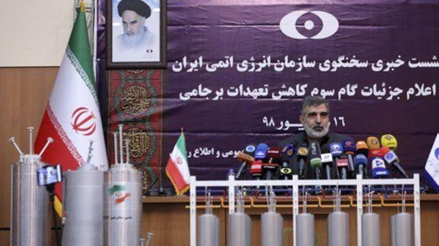 exhibición. El vocero de la Organización de Energía Atómica de Irán muestra las nuevas centrifugadoras.