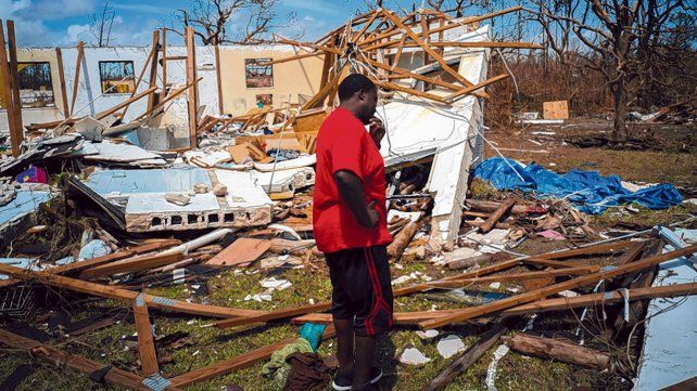 desolador. Un vecino llora ante las ruinas de su casa en Grand Bahama. No tiene noticias de 8 familiares.