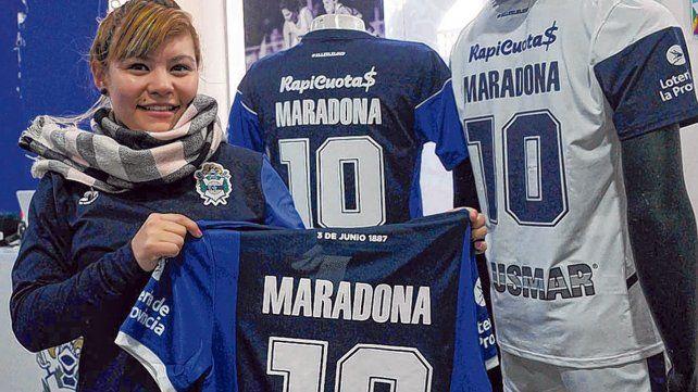 Locura. En la sede de Gimnasia ya se vende la camiseta oficial con la 10 de Diego