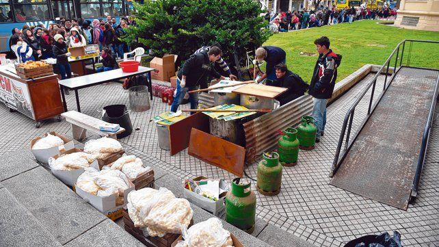 reclamo. Una de las tantas protestas de estudiantes de las carreras de salud de la UNR en reclamo de la apertura del comedor universitario.