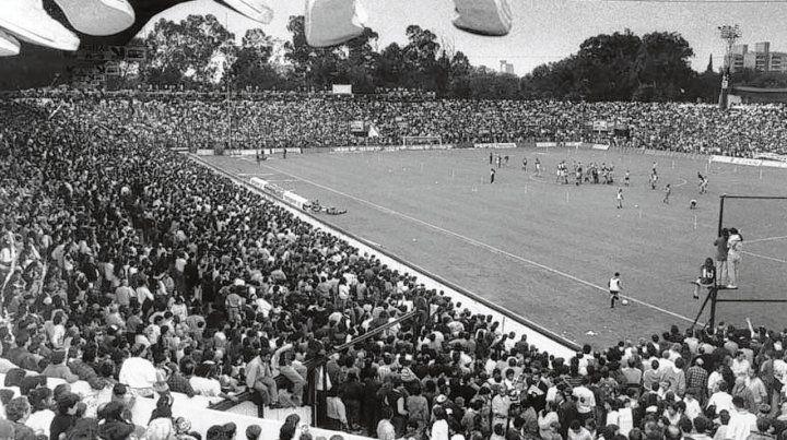 Inolvidable. El 13 de septiembre de 1993 el estadio de Newells se colmó para ver la primera práctica de Diego.