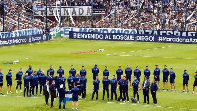 Otra muestra de fe. La gente de Gimnasia le dio una bienvenida conmovedora al nuevo DT Maradona .
