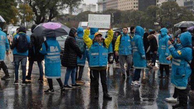 """""""No fue accidente"""", se leen en los carteles de los inspectores de tránsito que protestan tras la muerte de su compañera."""