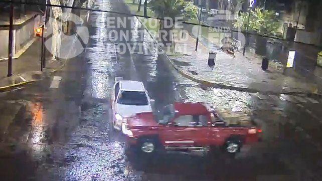 Un video muestra el violento choque entre un auto y una camioneta