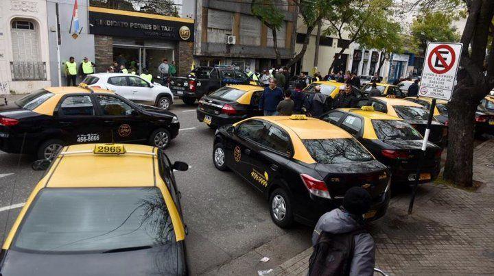 Fuerte reclamo de peones de taxis para que Boix renuncie en el abrazo solidario frente al sindicato