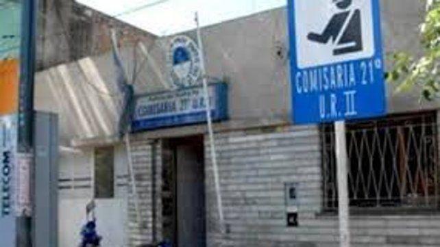 La remisera Jésica C. radicó la denuncia en la seccional 21ª del sur rosarino hasta donde los falsos pasajeros habían sido llevados.