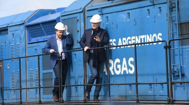 Macri y el diputado Angelini en la lococomotora del Belgrano Cargos.