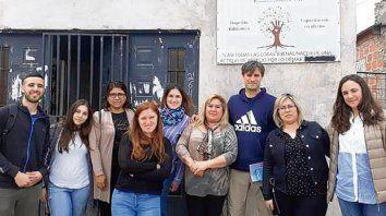 hay equipo. Los estudiantes de la UNR junto a Liliana Sánchez, fundadora de Siembra y Cosecha.