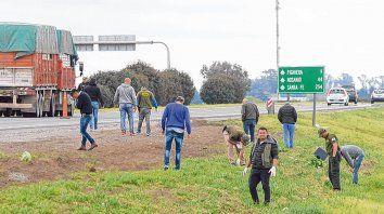 Rastrillajes. Personal de Gendarmería buscó a mano vainas de balas. Sólo hallaron algo de yerba y vidrios.