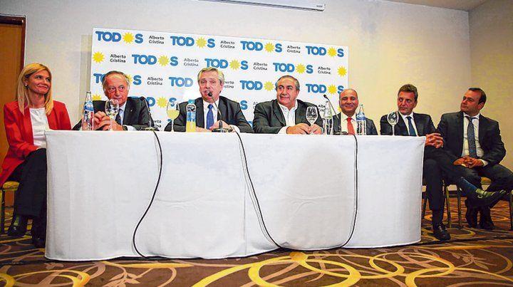Símbolos de unidad. Fernández reunió en Tucumán a dirigentes empresarios y sindicales.