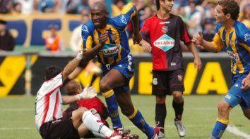 Gol en el Gigante. Wanchope ya marcó el 2-0 y sale a festejarlo, mientras Ruben corre para sumarse a la fiesta.