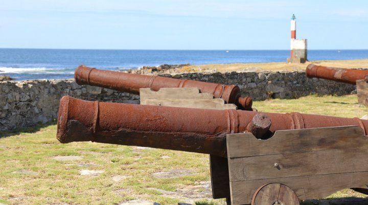 Una de piratas. En la isla se pueden ver cañones que parecen esperar el desembarco de algún galeón corsario.