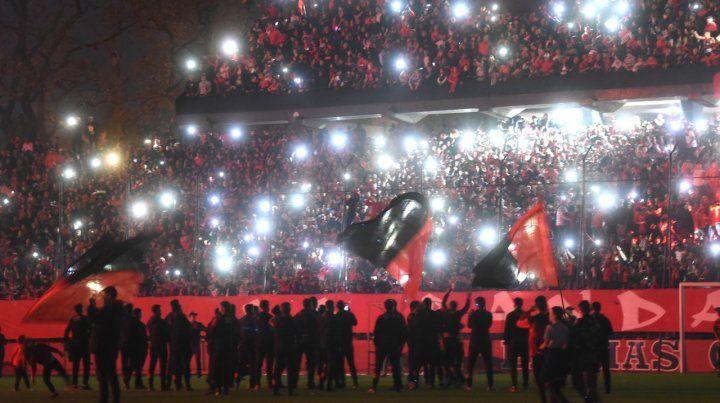 Rojo y negro. Los fuegos artificiales iluminaron la noche del jueves en el Coloso ante una multitud de leprosos.