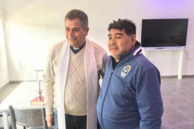 El parroco Gustavo Rubio fue convocado por Maradona para bendecir la cancha.