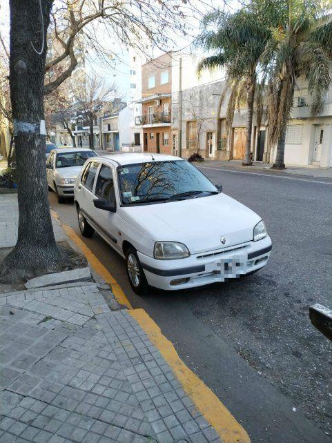 El Clio que estaba mal estacionado y que fue  llevado al corralón cuando atacaron la grúa.