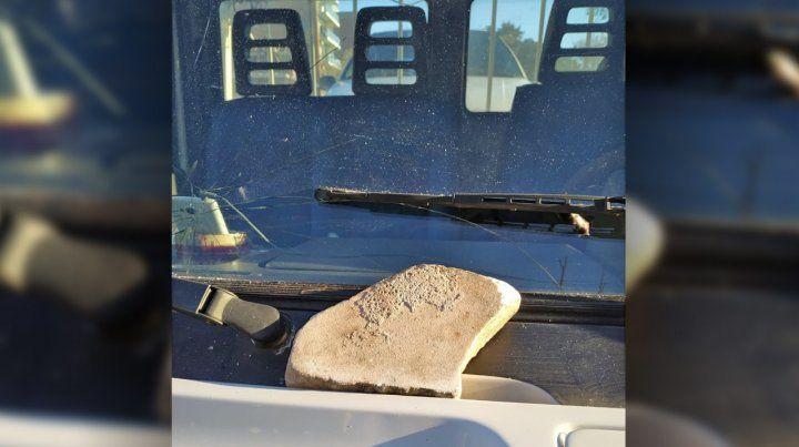 La piedra que fue lanzada contra la grúa cuando llevaba un auto al corralón.