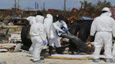 Un equipo forense retira un cuerpo hallado en la arrasada comunidad de Marsh Harbour en la islas Ábaco.