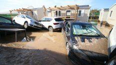 Daños. Autos apilados por las corrientes de agua en Almería.