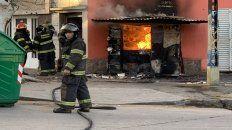 Destrucción. El puesto de venta quedó consumido por las llamas que permanecieron activas por tres horas.