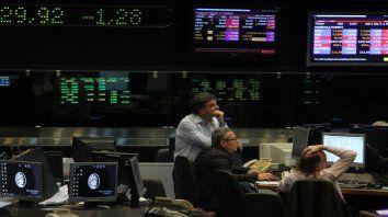 Operatoria. La Bolsa porteña operó en alza, subió ayer 3,51%, pero en los bonos sobresalió el rojo.