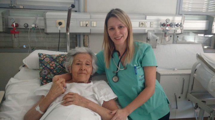 Tiene 86 años, está postrada y escribió una conmovedora carta para que adopten a su perrita