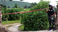 Un militar custodia el cerco del pozo de La Primavera, Zapopán, en Jalisco, donde se hallaron los restos.