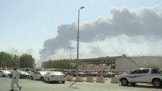 Vestigios. Una columna de humo sobre la gigantesca refinería de Abaqiq, una de las instalaciones atacadas.