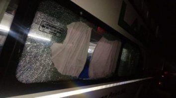Una de las ventanillas del micro de la empresa Laguna Paiva terminó destrozada por el estallido.