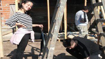 En plena acción. Una de las integrantes de Feministas de la Nueva Ola a punto de colocar un tirante.