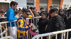 Incidentes entre la policía e hinchas que no pudieron entrar