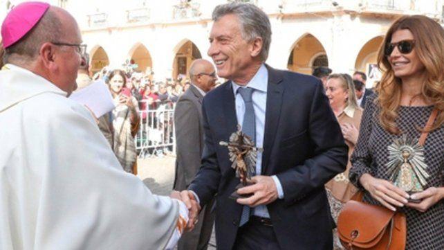 Saludo. Monseñor Cargnello agradeció la visita de Macri y su esposa