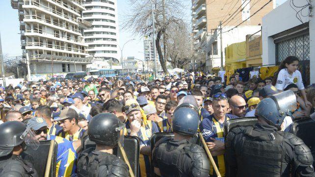 Hinchas que pugnaban por ingresar al Gigante de Arroyito frente al cordón de policías.